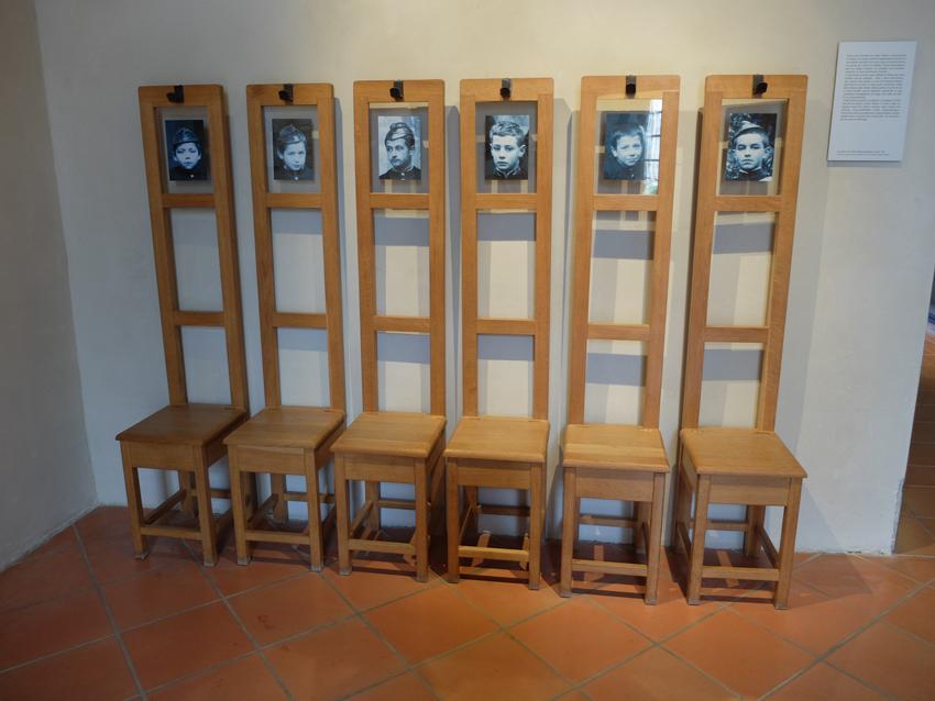 dans le hall les chaises portemanteaux avec les portraits de leurs occupants