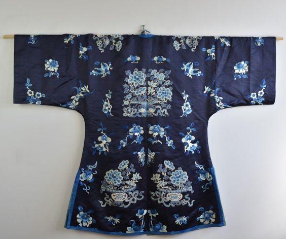 Tan Kian Wee a enregistré sur Chinese Robe Fine Antique Chinese Blue Silk Embroidered Peking Forbidden Knot Stitch Robe