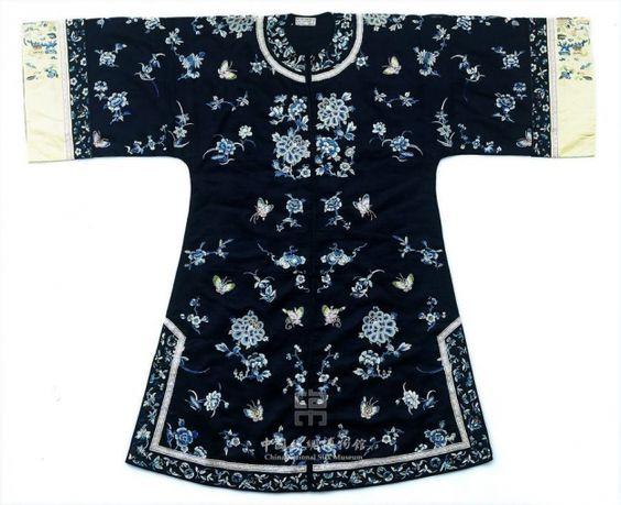 Antique Chinese clothing Vestido corto de seda bordado con motivos florales y de mariposas, Dinastía Qing (1644 - 1911) silk museum